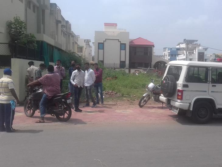 આણંદ 80 ફુટના રોડ ઉપર આવેલ સાંઇબાબા મંદિર જવાના રોડ ઉપર પાલિકાની ટીમો પર રખડતી ગાયો પકડવા જતી વખતે અસામાજિક તત્વોએ હુમલો કર્યો હતો અને રખડતી ગાયો છોડાવી ગયા હતા. જેના પગલે પોલીસ દોડી આવી હતી. - Divya Bhaskar