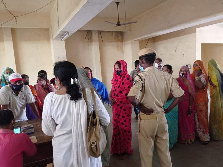 શનિવારે ત્રણ દિવસ બાદ વેક્સિનેશન શરૂ થતાં ખેડબ્રહ્માના વિવેકાનંદ હોલ ખાતે રસી લેવા માટે ભીડ ઉમટી પડી હતી. - Divya Bhaskar
