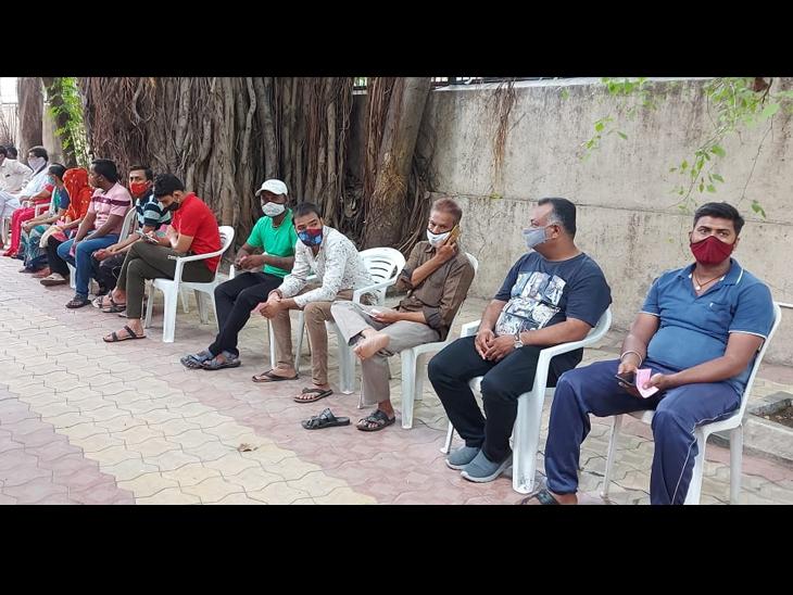 રેલવે જંકશન આરોગ્ય કેન્દ્રમાં લોકોએ સવારથી જ લાઇન લગાવી હતી. - Divya Bhaskar