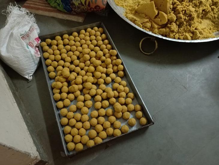 મંદિરમાં ભક્તોને પ્રસાદ આપવાનું ચાલુ કરાયું હતું. - Divya Bhaskar