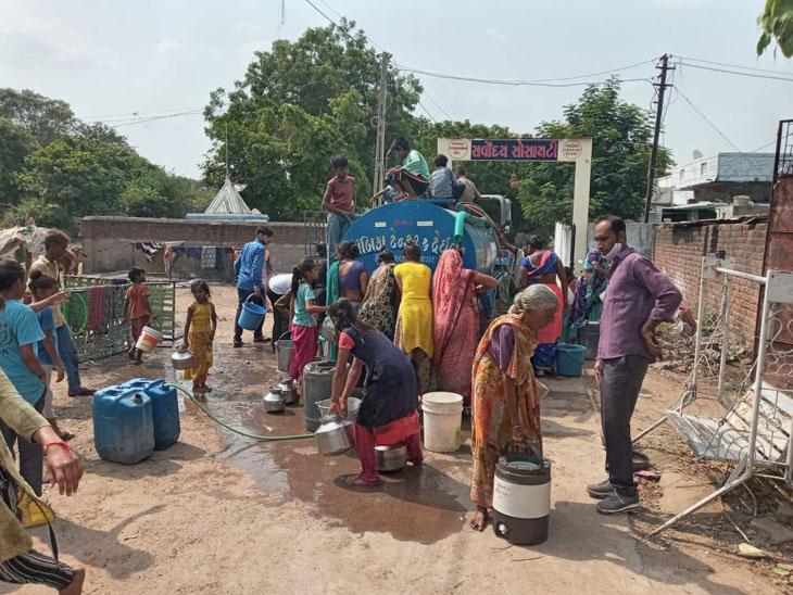 કલોલના અસરગ્રસ્ત વિસ્તારોમાં ટેન્કરથી ક્લોરીનેશન યુક્ત પાણી આપવામાં આવ્યું. - Divya Bhaskar