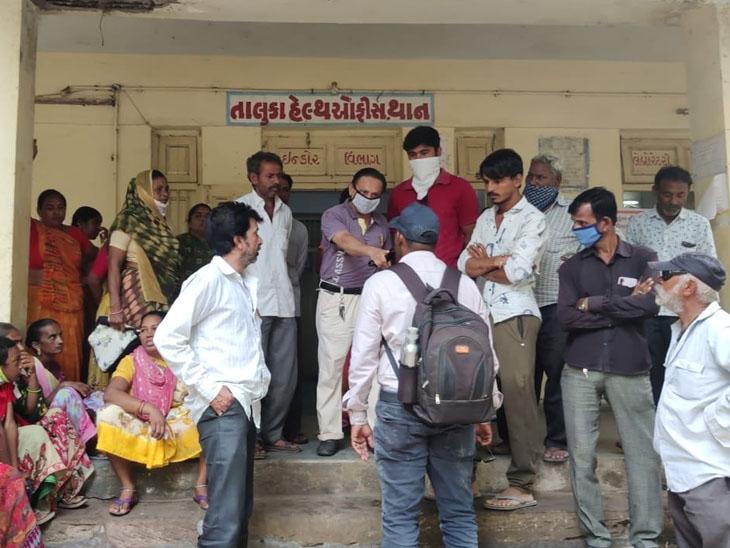 થાન રસીકરણ કેન્દ્રો પર લોકોની રસી માટે ભીડ જામી હતી. - Divya Bhaskar