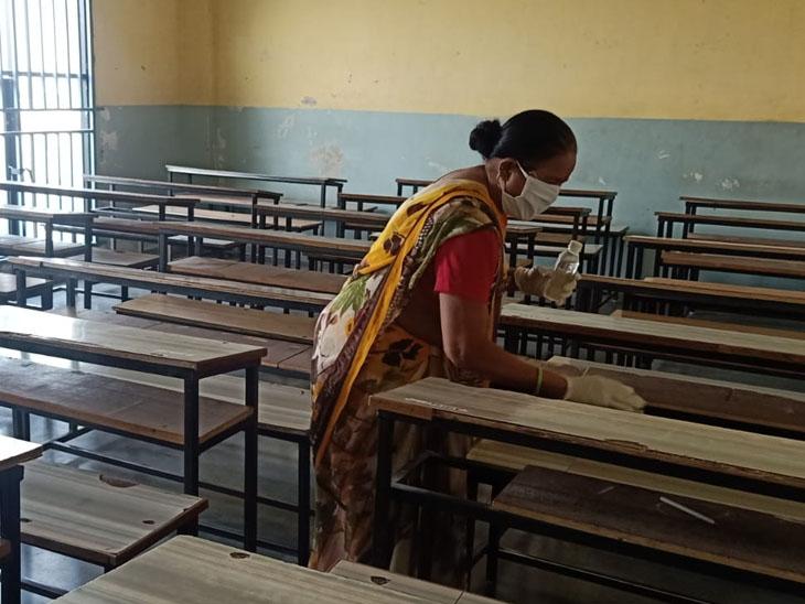 સુરેન્દ્રનગર ની શાળામાં સફાઇ સાથે સેનિટેશનની કામગીરી હાથ ધરાઇ. - Divya Bhaskar