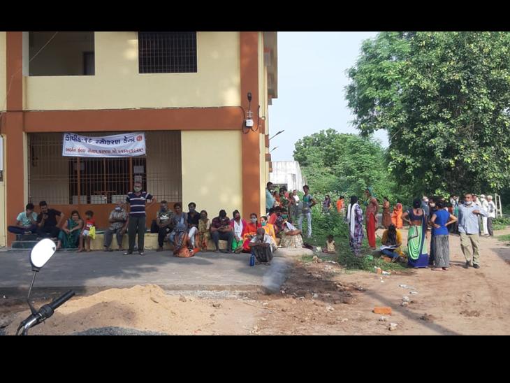કરજણ સરકારી દવાખાને કોરોનાની રસી માટે લોકો મળસ્કે 5 વાગ્યાથી લાઇનમાં ઉભા રહે છે. - Divya Bhaskar