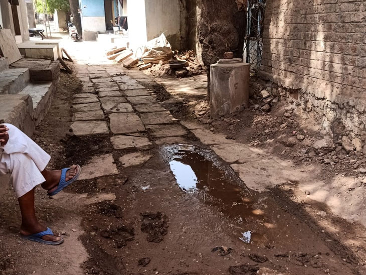 ગુંદિયાળા ગામમાં ગટર,રોડ, ગંદકી સહિતના પ્રશ્નોના કારણે ગામ લોકો મુશ્કેલીનો સામનો કરી રહ્યા છે. - Divya Bhaskar