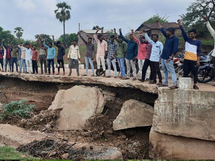 નસવાડી તાલુકાના રામાપ્રસાદી ગામે એપ્રોચ રોડ અને નાળુ તૂટી ગયેલ હોઇ ગ્રામજનો દ્વારા સરકારી તંત્ર સામે આક્રોષ ઠાલવી ભારે સુત્રોચાર કર્યા હતા. - Divya Bhaskar