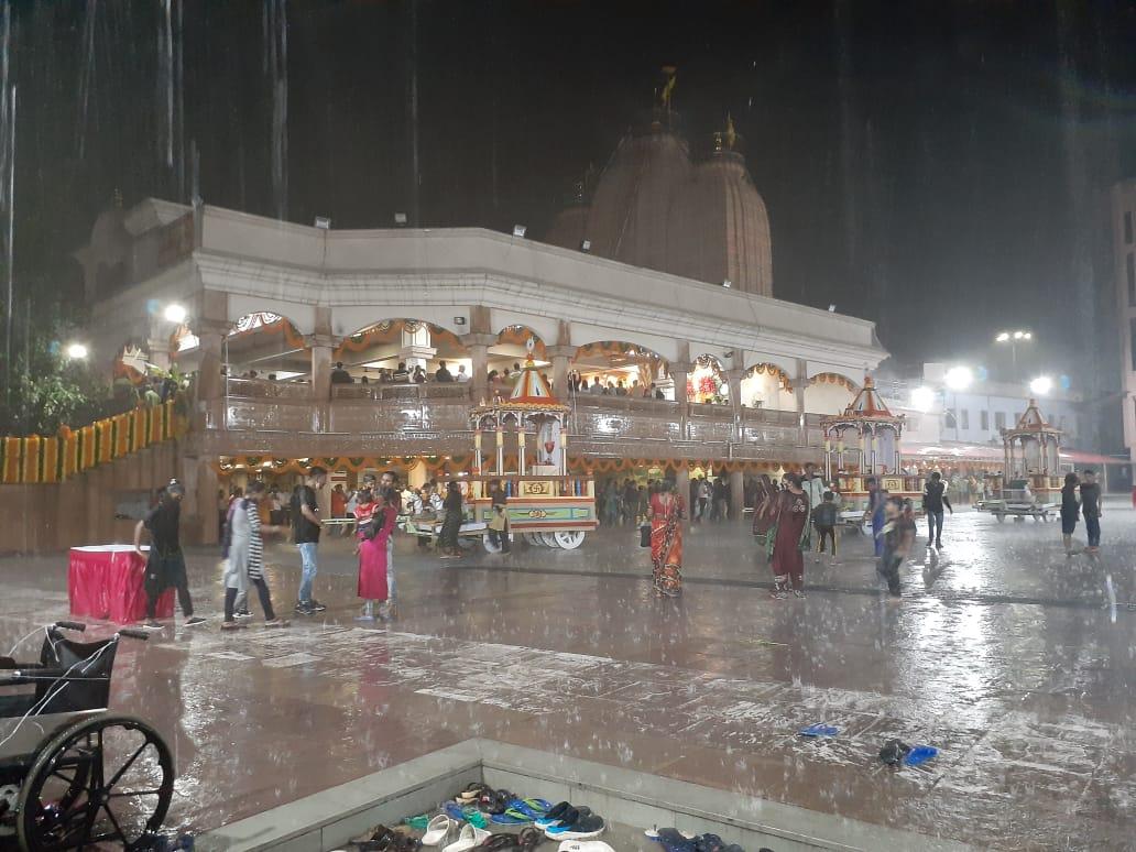 જમાલપુર મંદિર પરિસરમાં વરસાદ વચ્ચે ભક્તોએ ભીંજાવાનો આનંદ લીધો