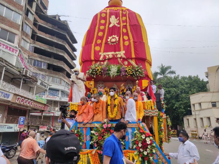 વડોદરામાં 5.5 કિમીની ભગવાન જગન્નાથની રથયાત્રા પોણા બે કલાકમાં પૂર્ણ, ભક્તો દર્શનથી વંચિત રહ્યા, સાધુ-સંતો અને પોલીસ જવાનોએ રથ ખેંચ્યો|વડોદરા,Vadodara - Divya Bhaskar