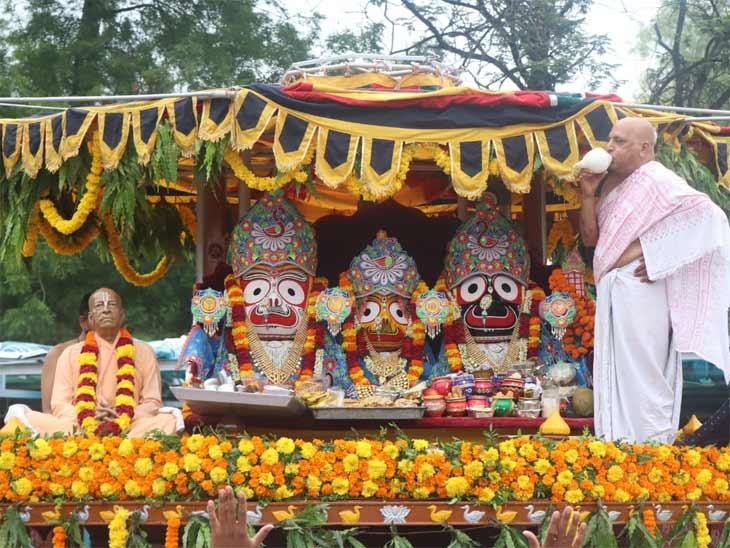 ઈસ્કોન મંદિરના પ્રાંગણમાં સોશિયલ ડિસ્ટન્સિંગ સાથે રથયાત્રા યોજાઈ, 11 વાર પ્રદક્ષિણા કરવામાં આવી અમદાવાદ,Ahmedabad - Divya Bhaskar