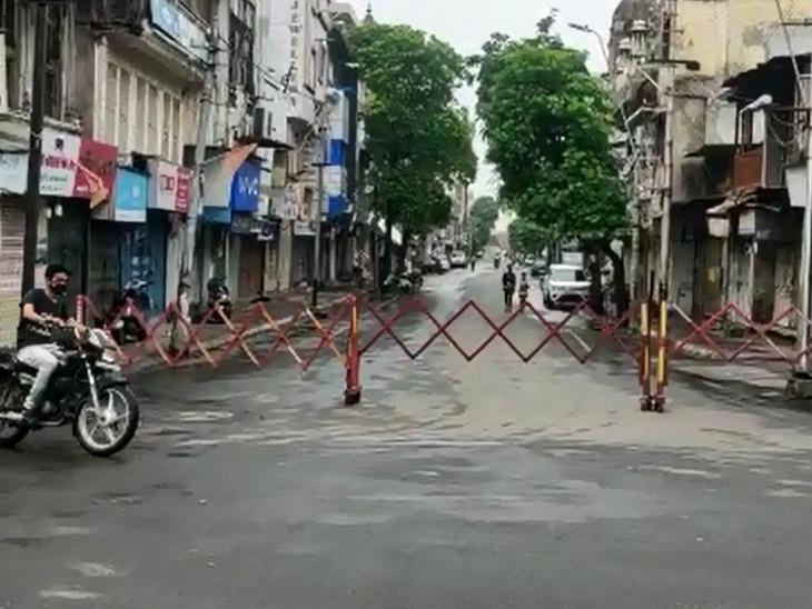 વડોદરા શહેરમાં લાદી દેવામાં આવેલા કર્ફ્યૂના પગલે લોકો અટવાઇ ગયા હતા