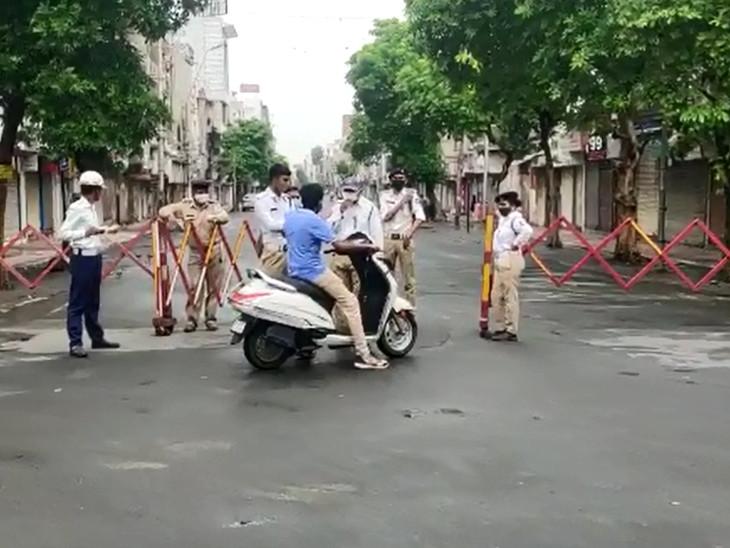 રથયાત્રાના રૂટ તરફ આવતા તમામ રસ્તાઓ પર પોલીસે પ્રવેશબંધી કરતા લોકો મુશ્કેલીમાં મૂકાઇ ગયા
