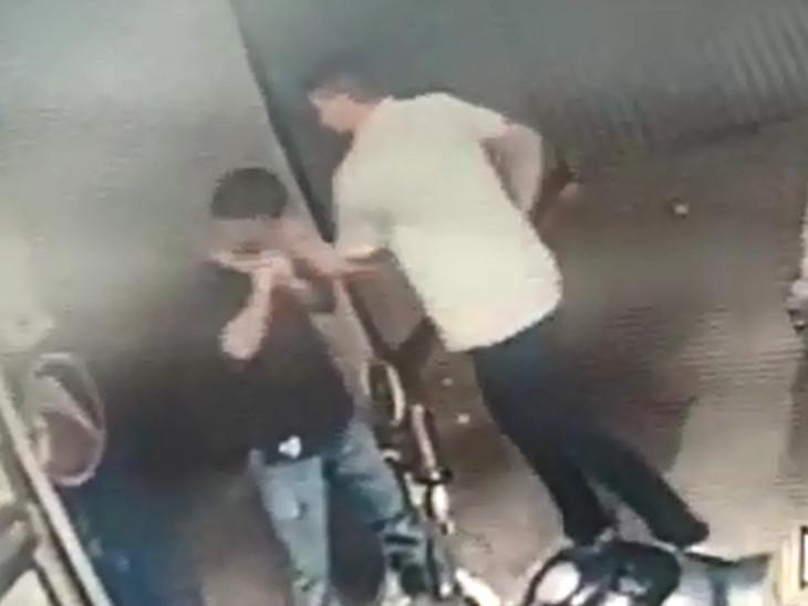 પોલીસ કર્મીઓએ દુકાનદારને ઉપરા છાપરી લાફા ઝીંક્યાં હતા
