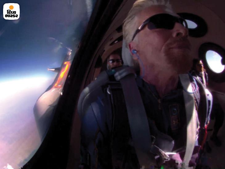 ધરતીથી અંદાજે 80 કિમી દૂર અંતરિક્ષ નજીક પહોંચતાં પહેલાં સ્પેસશિપની કેબિનની વિન્ડોમાંથી પૃથ્વીને જોતા રિચર્ડ બ્રેન્સેન.