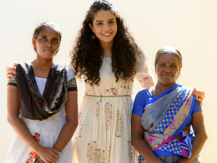 હિના ટીમ મેમ્બર્સ સાથે. તેમણે 5 સ્થાનિક મહિલાઓને પોતાનાં કામ દ્વારા રોજગારી સાથે જોડી.