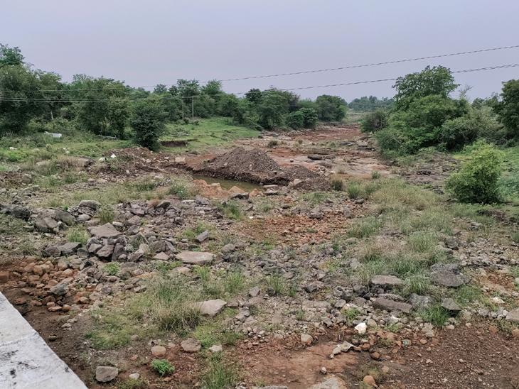 સોનગઢ તાલુકાના રૂપવાડા ગામ નજીકથી પસાર થતી મીંઢોળા નદી સામાન્ય રીતે ચોમાસાના સમયમાં ભારે વરસાદી વહેણ સાથે બે કાંઠે વહેતી હોય છે. પરંતુ આ વર્ષે તદ્દન ખાલી સ્થિતિમાં જોવા મળી રહી છે. - Divya Bhaskar