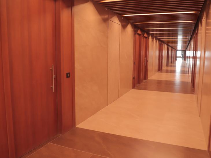 ડાયમંડ બૂર્સના પહેલા માળની લોબી તૈયાર થઈ ગઈ છે. મુખ્યમંત્રી વિજય રૂપાણીને બુર્સની આ ઓફિસો કમિટીએ બતાવી હતી. - Divya Bhaskar