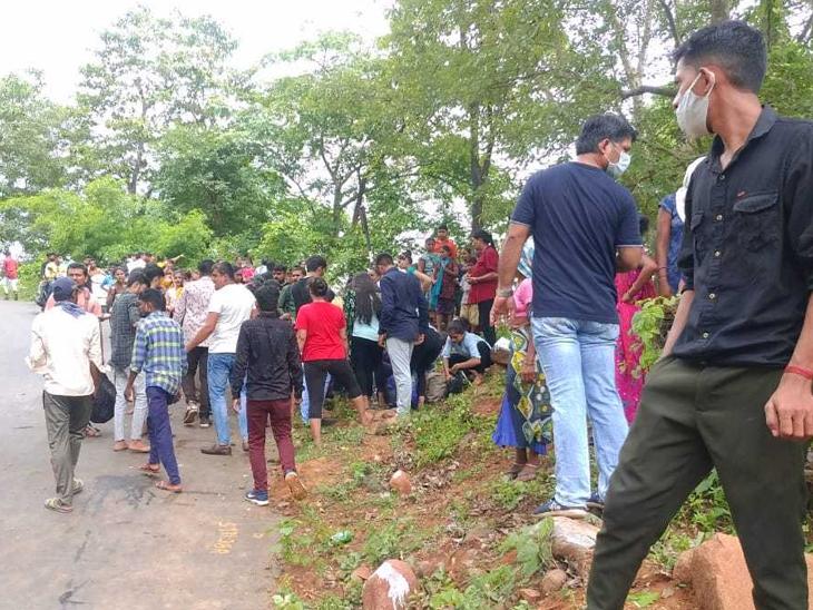 સેલવાસ પાસે વરાછાની બસ પલટતાં ઇજાગ્રસ્તોને 108થી નજીકની હોસ્પિટલમાં ખસેડવામાં આવ્યા હતા. - Divya Bhaskar