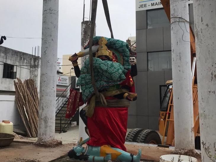 ક્રેઈનથી મૂર્તિને ઉપાડી લીધા બાદ વિરોધ થતાં પરત મુકાઈ - Divya Bhaskar