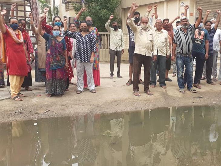 ગટરના પાણી ભરાતાં ત્રસ્ત સ્થાનિક રહીશોએ વિરોધ પ્રદર્શન કર્યું હતું. - Divya Bhaskar