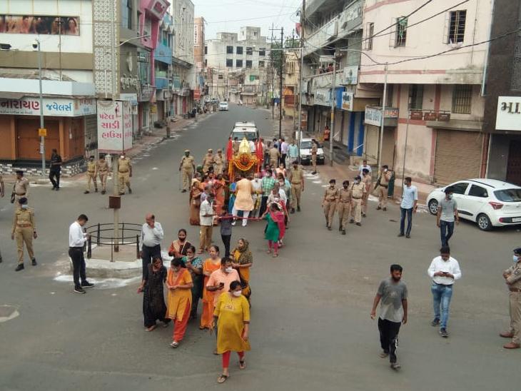 રથયાત્રિકો કરતાં બમણી પોલીસ, શહેરીજન નજરકેદ, શહેરમાં બપોરે કફર્યુ લદાતા લોકો અટવાયા, આજે ઈસ્કોન મંદિરની રથયાત્રા|આણંદ,Anand - Divya Bhaskar
