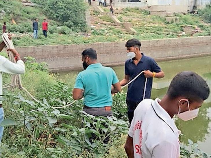 તળાવમાંથી ફાયર ફાઇટરની ટીમે મૃતદેહને બહાર કાઢ્યો - Divya Bhaskar