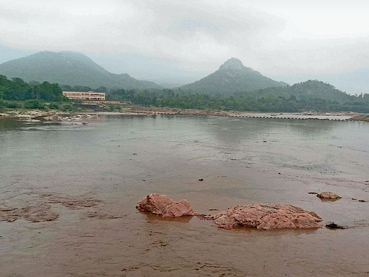 છોટાઉદેપુર જિલ્લાની જીવાદોરી સમાન ઓરસંગ નદી બેકાંઠે વહેતી થઈ છે. - Divya Bhaskar