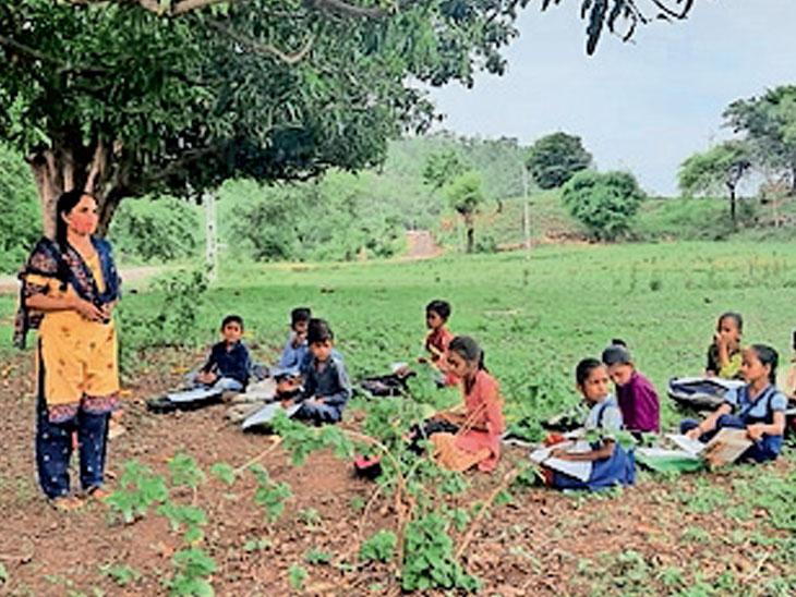 રામાંપ્રસાદી ગામમાં શિક્ષકો વિદ્યાર્થીઓને વૃક્ષ નીચે અભ્યાસ કરાવી રહ્યા છે તેની તસવીર. - Divya Bhaskar