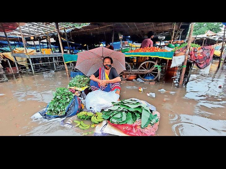 9 મિમી વરસાદ પડ્યો ને નવસારીની શાકભાજી માર્કેટમાં પાણી જ પાણી નવસારી,Navsari - Divya Bhaskar