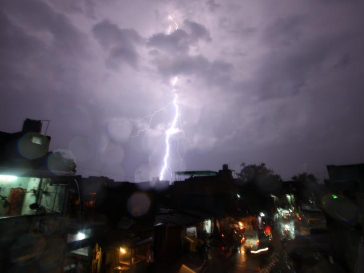 શહેરભરમાં તોફાની પવન સાથે વીજળીના પ્રચંડ કડાકા સાથે વરસાદ પડ્યો હતો. - Divya Bhaskar
