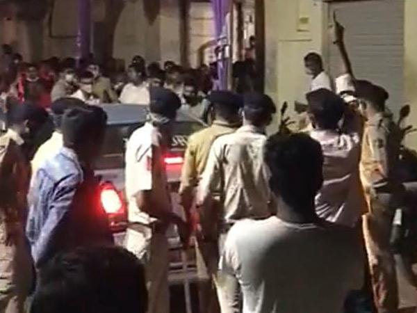 મામલો બિચકતા સ્થાનિક પોલીસે ઘટનાસ્થળે આવી પહોંચી. - Divya Bhaskar