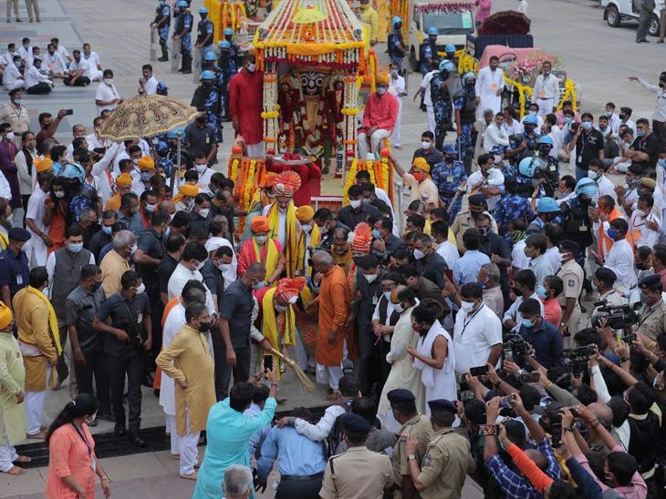 ભક્તોનાં નયન નાથનાં દર્શન માટે તરસ્યાં, જય રણછોડના નારા ન ગુંજ્યા, પોલીસ રથયાત્રા જેવો માહોલ સર્જાયો|અમદાવાદ,Ahmedabad - Divya Bhaskar