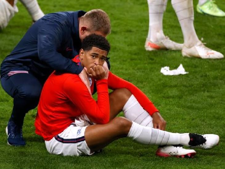 ઇંગ્લેન્ડના ખેલાડી જુડે બેલિંઘમ મેદાન પર નિરાશ જોવા મળ્યો હતો. મેચ 1-1થી બરાબર હતી, પરંતુ પેનલ્ટી શૂટઆઉટમાં ઇંગ્લેન્ડ હારી ગયું હતું.