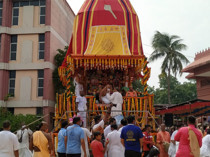 સુરતમાં પોલીસની આડોડાઈથી ભગવાન જગન્નાથ નગરચર્યાએ ન નીકળ્યા, રથ મંદિર પરિસરમાં જ ફર્યા સુરત,Surat - Divya Bhaskar