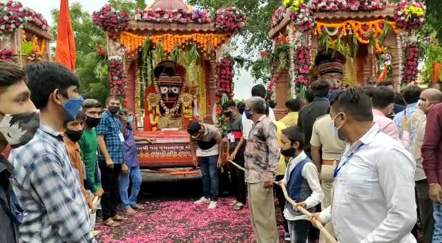રાજકોટમાં અષાઢી બીજે મર્યાદિત રૂટ પર ભગવાન જગન્નાથજીની રથયાત્રા નીકળી, રૂટ દરમિયાન કર્ફ્યુ, પોલીસનો ચુસ્ત બંદોબસ્ત|રાજકોટ,Rajkot - Divya Bhaskar