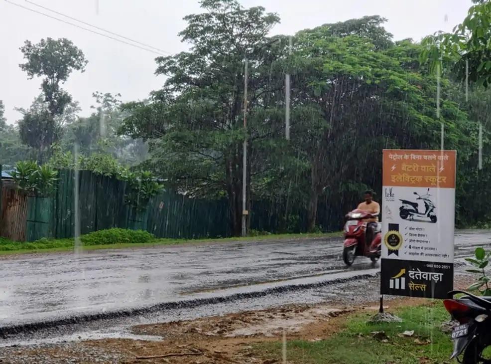 હવામાન વિભાગે છત્તીસગઢના બસ્તર, દંતેવાડા, બીજાપુર, સુકમા અને નારાયણપુર જિલ્લામાં મધ્યમથી ભારે વરસાદનું અએલર્ટ જાહેર કરવામાં આવ્યું છે. બસ્તરમાં વરસાદનો ફોટો.