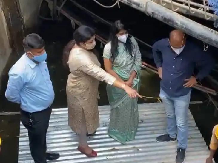 વડોદરાના સાંસદ રંજનબેન ભટ્ટે ભુખી કાસમાં પાણીની લાઇન લીકેજ હોવાની પોલ ખોલી હતી - Divya Bhaskar