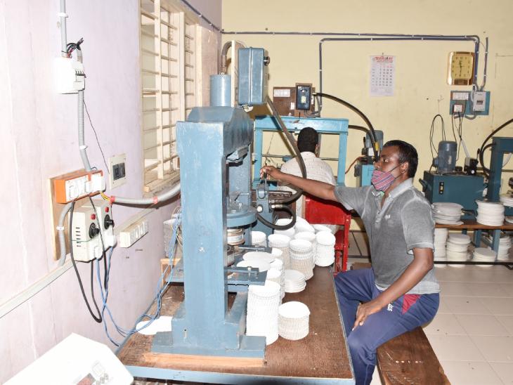 દાહોદમાં દિવ્યાંગ વ્યક્તિઓ ચલાવી રહ્યાં છે પેપર ડિશ મેકીંગ યુનિટ, રોજનું કરાય છે 2000 ડિશોનું ઉત્પાદન દાહોદ,Dahod - Divya Bhaskar