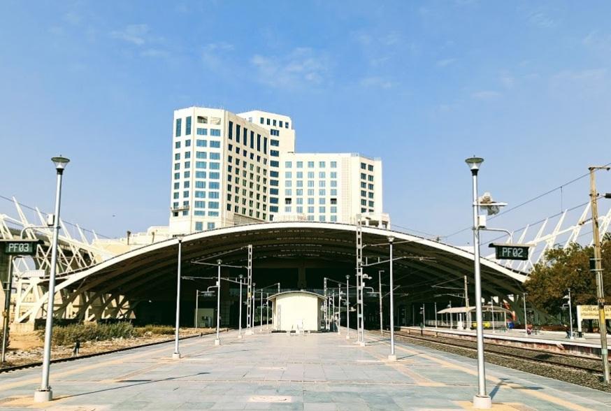 ગાંધીનગર રેલવે સ્ટેશન પર તૈયાર સાત માળની હોટલ.