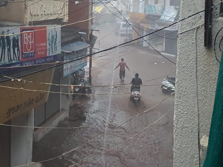 નડિયાદમાં ગત સાંજે ધોધમાર વરસાદ ખાબક્યો હતો. - Divya Bhaskar