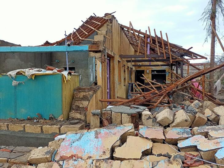 વાવાઝોડા વખતે દૂધાળાના ખેડૂતનું મકાન સંપૂર્ણ પડી ગયું હતું. - Divya Bhaskar