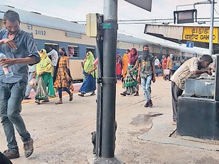 કોરોનાને લઇ સુનકાર ભાસતુ દાહોદનુ રેલવે સ્ટેશન પરિસ્થિતિ સામાન્ય થતાં ધમધમ્યું છે. - Divya Bhaskar
