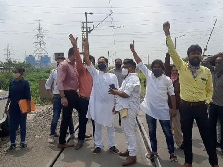 કાર્યવાહી નહીં થાય તો નેતાઓના નિવાસ સ્થાન અને કાર્યાલયનો ઘેરાવ કરવાની ચીમકી - Divya Bhaskar