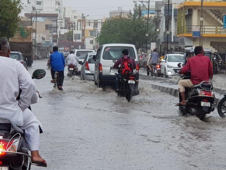 અષાઢી બીજના સુકન સાચવી મેઘો મંડાઇ જતાં પોરબંદર જિલ્લામાં સતત બીજા દિવસે 1થી 2 ઇંચ વરસાદ નોંધાયો છે