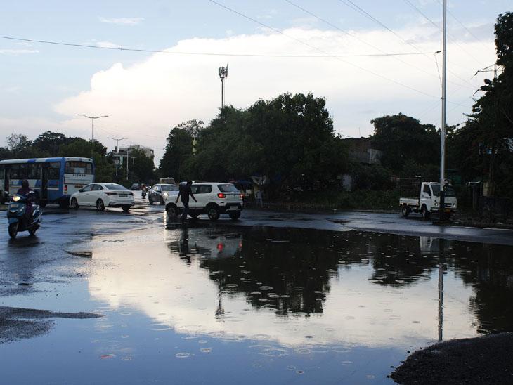 શહેરમાં સાંજના સમયે 30 કિલોમીટરની ઝડપે પવનો ફૂંકાવાની સાથે ધોધમાર વરસાદ વરસ્યો હતો, જેને કારણે વિવિધ વિસ્તારોમાં પાણીના ખાબોચિયાં ભરાઈ ગયાં હતાં. - Divya Bhaskar