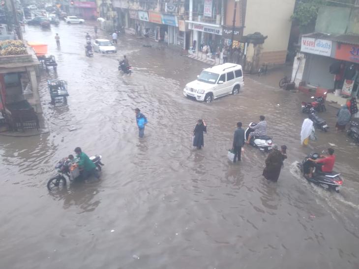 અરબી સમુદ્રમાં ઉત્તર પૂર્વ દીશામાં લો પ્રેશર સર્જાતા બંધાયેલી વરસાદની સીસ્ટમના પગલે પોરબંદરમાં 3 નંબરનું સિગ્નલ લગાવાયું હત - Divya Bhaskar