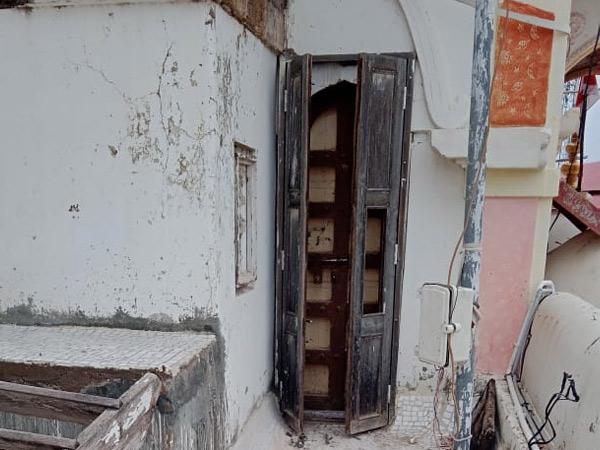 મંદિરનો દરવાજો અંદરથી આપોઆપ લોક થઇ જતાં મંદિરના શિખર પાસેની બારી તોડી મંદિરમાં પ્રવેશ કરાયો હતો. - Divya Bhaskar