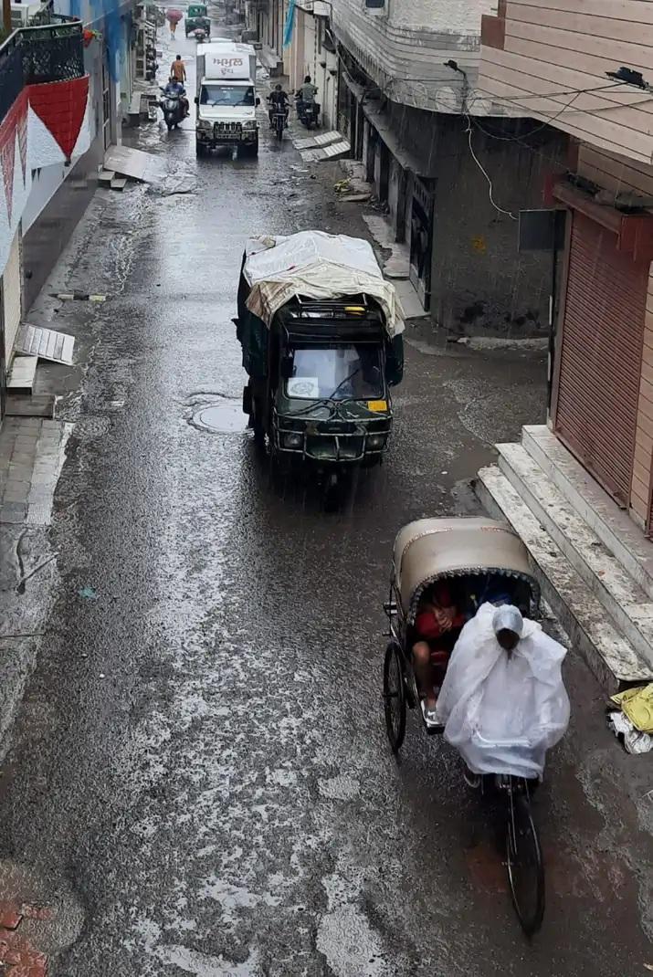 અમૃતસરમાં સવારે 6 વાગ્યાથી વરસાદ શરૂ થયો હતો. વરસાદ પડતાં લોકોને ગરમીથી રાહત મળી હતી.