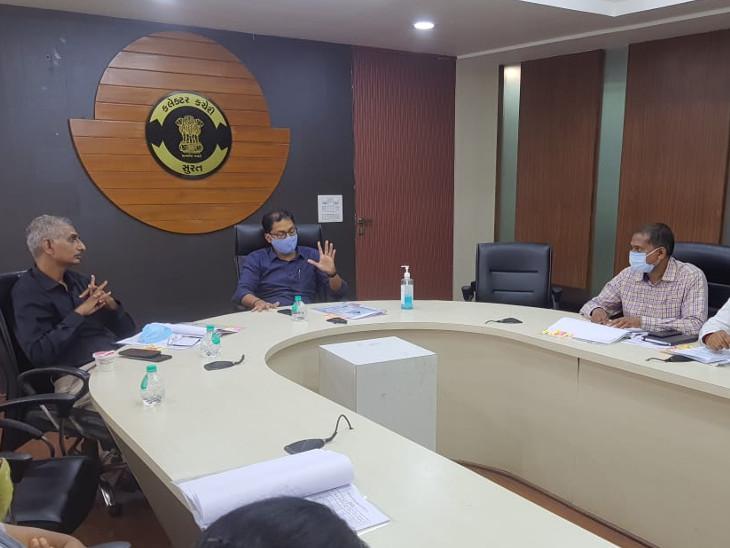 ક્લેક્ટર આયુષ ઓકની અધ્યક્ષતામાં મળેલી બેઠકમાં યોજનાઓને 100 ટકા મંજૂરી અપાઈ હતી. - Divya Bhaskar