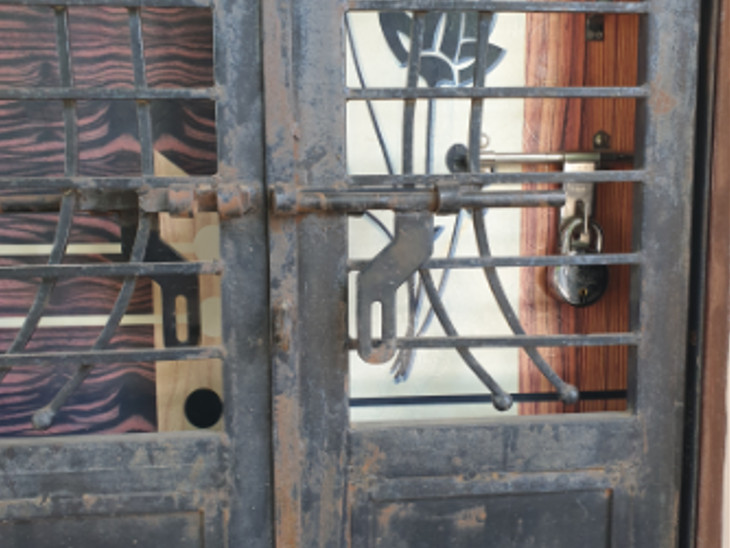 વડોદરા સ્થિત રેશમાબેનના ઘરે હાલ તાળુ મારેલુ છે
