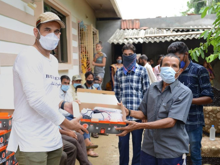 મેહમૂદખાન પઠાણ ચેરીટેબલ ટ્રસ્ટ દ્વારા 25 જેટલા ગામના પરિવારોને સોલાર લાઇટોનું વિતરણ કરવામાં આવ્યું - Divya Bhaskar